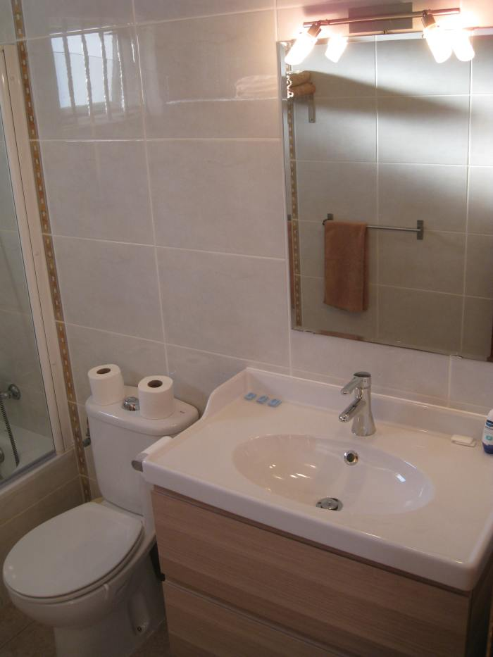 20) Main Bathroom
