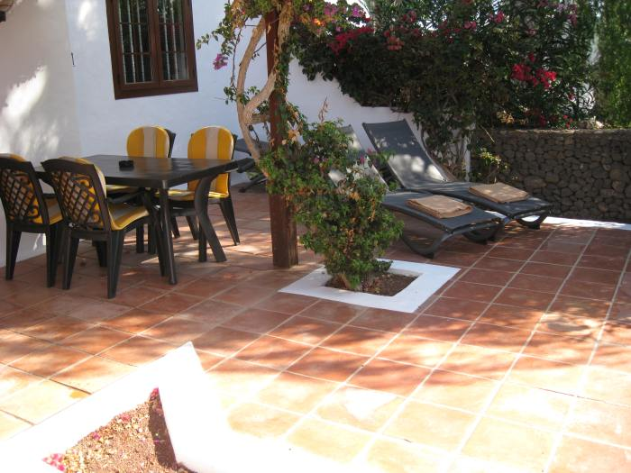 22) Villa Patio area with seating for 6 _ 4 sun loungers
